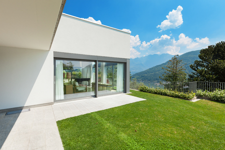 fachada: Arquitectura, casa blanca moderna con jardín, al aire libre
