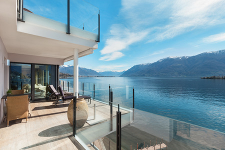 modern architecture, beautiful lake view from the terrace of a penthouse Stockfoto
