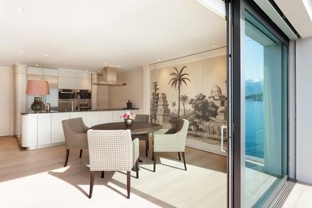 Interni bellissimo appartamento, elegante sala da pranzo vista dalla veranda