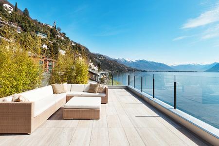 Architettura moderna, bellissima vista lago dalla terrazza di un attico Archivio Fotografico - 44408360