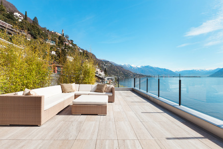 Architettura moderna, bellissima vista lago dalla terrazza di un attico Archivio Fotografico - 44408309