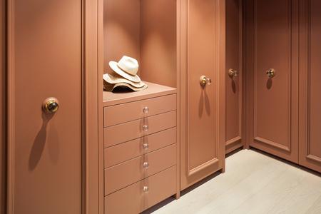arredamento classico: Interni bellissimo appartamento, armadio elegante