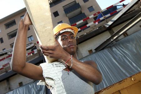 trabajadores: joven hombre negro trabajando en obras de construcción