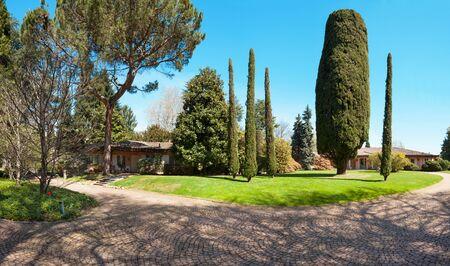 transparente: gran parque de una villa con cipreses, al aire libre