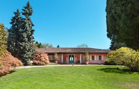 緑の芝生と晴れた春の日の美しい家