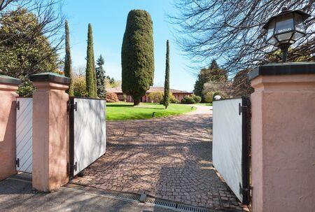 portones: puerta de una hermosa casa en un día soleado de primavera Foto de archivo