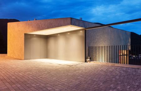 Fachada: entrada de un edificio moderno por la noche
