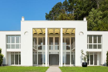 Architectuur, wit moderne villa, uitzicht vanaf de tuin