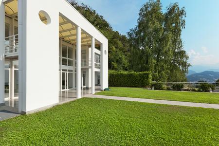 jardin verdoyant d'une villa moderne blanc, externe