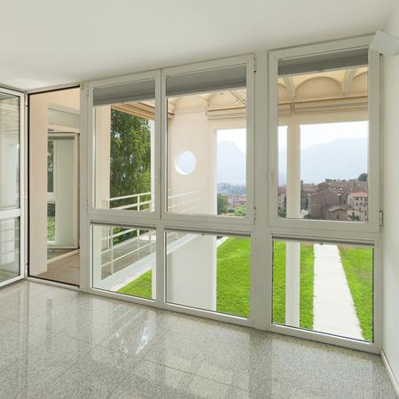 Arquitectura, interior de una casa moderna, amplia habitación con ventanas Foto de archivo - 46190340