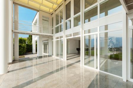 Architektur, große Veranda eines modernen Hauses, außen