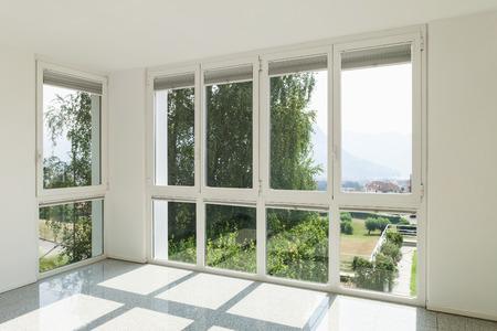 Architettura, interno di una casa moderna, ampia camera con finestre Archivio Fotografico
