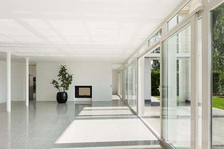 L'architecture, de l'intérieur d'une maison moderne, vaste salon avec fenêtres
