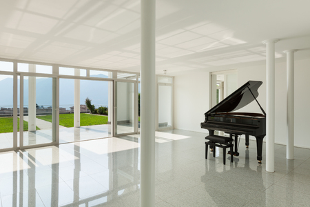 Architectuur, ruime hal met vleugelpiano, interieur Stockfoto