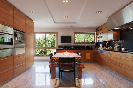domestico: Interior de un apartamento moderno, cocina doméstica amplia, armario con electrodomésticos