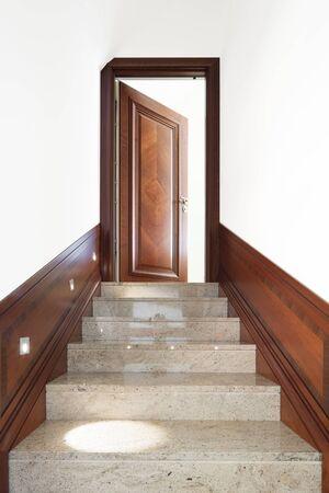 puertas de madera: Arquitectura, interior del edificio, vista escalera de mármol Foto de archivo