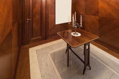 puertas de madera: Interior de la casa, sala de estilo clásico con paredes cubiertas de madera