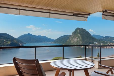 case moderne: bella terrazza con tavolo e sedie con vista sul lago