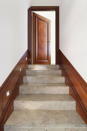 puerta abierta: Arquitectura, interior del edificio, vista escalera de mármol Foto de archivo