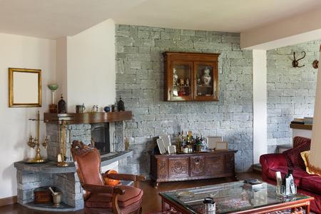 muebles de madera: interior de una casa clásica amueblado, amplio salón