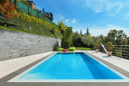 beautiful  house with swimming pool, summer day 版權商用圖片