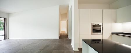 新しいアパート、国内キッチンと空の部屋のインテリア