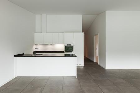cemento: interior del apartamento, habitación vacía con la cocina doméstica Foto de archivo