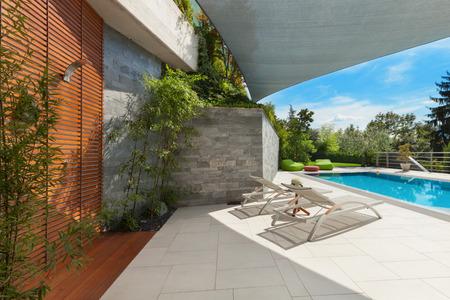 beautiful house, swimming pool view from the veranda, summer da Stockfoto