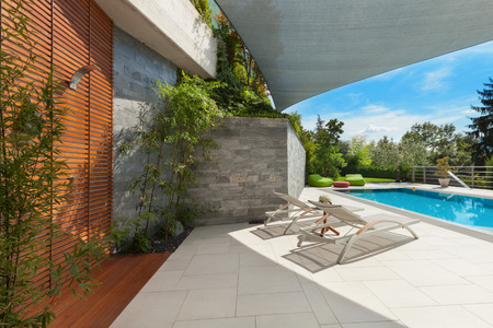schönes Haus, Schwimmbad Blick von der Veranda, Sommer da Lizenzfreie Bilder - 47441497