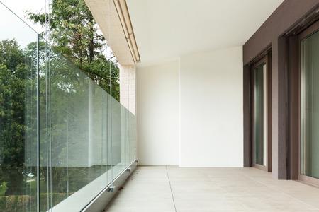 Interno di un appartamento nuovo, balcone vista dall'esterno Archivio Fotografico - 47441503