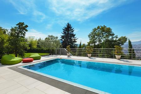 schönes Haus, Schwimmbad niemand innen, Sommertag Lizenzfreie Bilder - 47441507