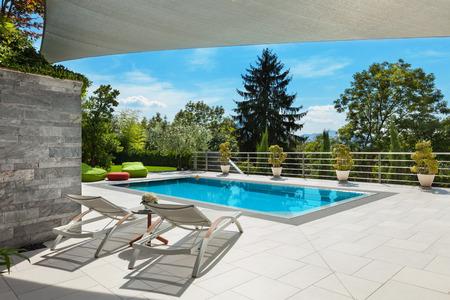 schönes Haus, Schwimmbad Blick von der Veranda, Sommertag Lizenzfreie Bilder - 47441509