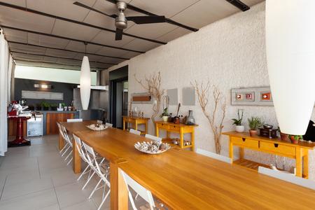 집안의 인테리어, 긴 목재 식탁을 갖춘 가정용 주방