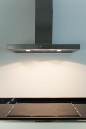 Interno di un appartamento nuovo, dettaglio cucina, piano cottura e cappa Archivio Fotografico - 47441545