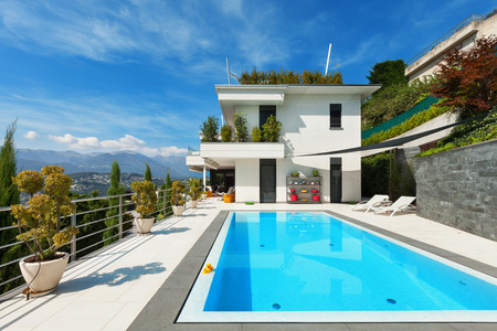beautiful white house with swimming pool, summer day Standard-Bild