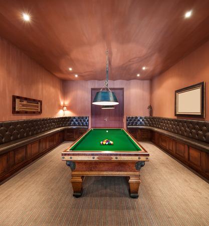 Salle d'animation dans le manoir de luxe avec table de billard