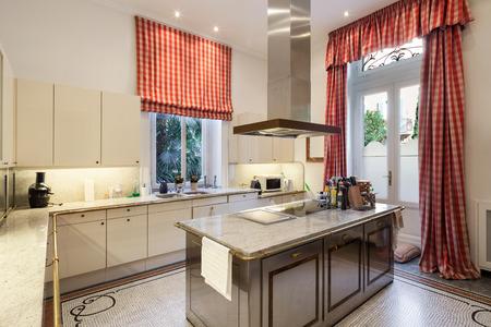 cocina vieja: Interior de una mansión antigua, amplia cocina moderna