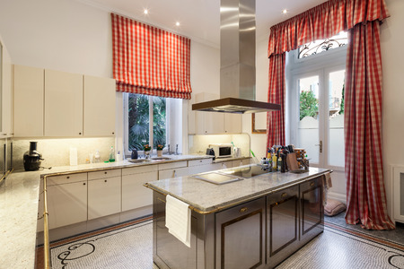 cocina antigua: Interior de una mansión antigua, amplia cocina moderna