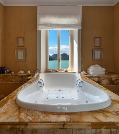 cuarto de baño: Interior de una mansión de lujo, precioso cuarto de baño con jacuzzi Foto de archivo