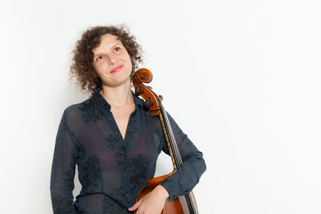 instrumentos musicales: retrato de mujer joven con su cello