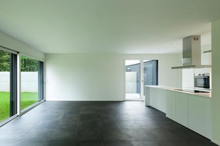 空のアパート、キッチン付きの広い部屋のインテリア