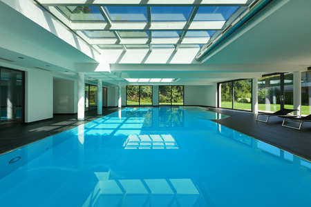 case moderne: indoor swimming pool of a modern house with spa