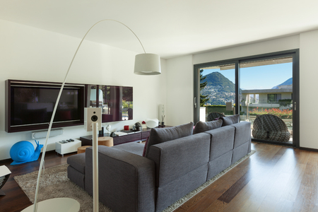 divan: El interior de la casa moderna, sala de estar con cómodo sofá