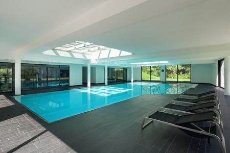 屋内プール付きのモダンな家の