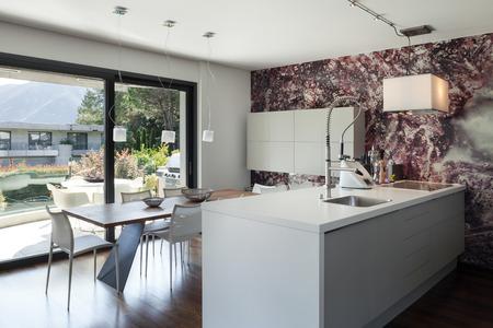 case moderne: Interno della casa moderna, bellissimo spazio aperto, cucina e tavolo da pranzo Archivio Fotografico
