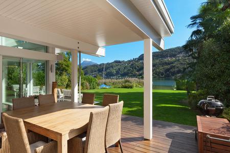 modernes Haus, schöne Veranda mit Gartenmöbeln