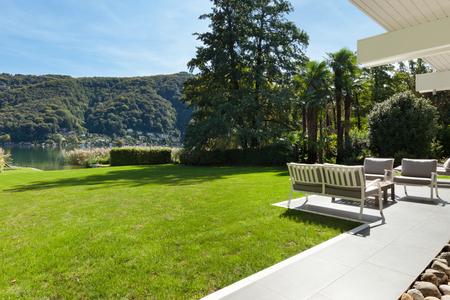 modernes Haus draußen, schöne Veranda im Garten