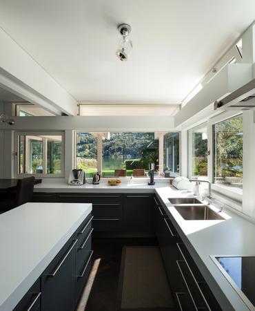 間の家、モダンなキッチンのビュー 写真素材