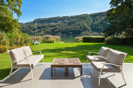 Moderni fuori casa, bellissima veranda in giardino Archivio Fotografico - 49781199