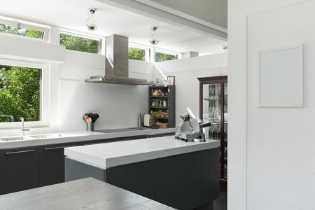 Binnenlands huis, met uitzicht op een moderne keuken